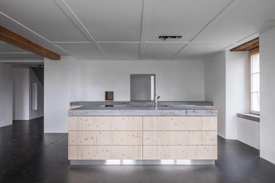 Betonküche Umbau und Sanierung ehemaliges Bauernhaus Maison Blanche Evilard