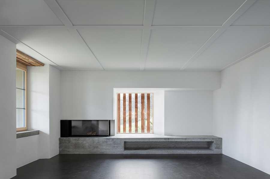 Wohnraum mit Cheminée Umbau und Sanierung ehemaliges Bauernhaus Maison Blanche Evilard