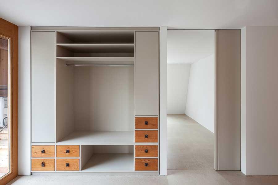 Garderobe Umbau und Sanierung ehemaliges Bauernhaus Maison Blanche Evilard