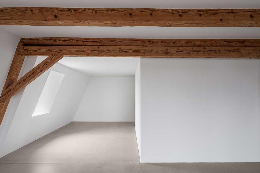 Raumnische Umbau und Sanierung ehemaliges Bauernhaus Maison Blanche Evilard
