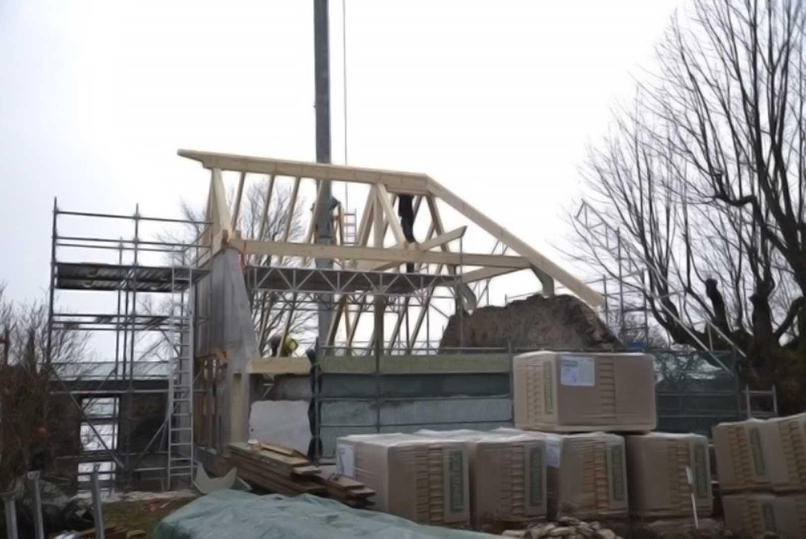 Baustellenfoto Aufrichte Dachstock Wiederaufbau denkmalgeschützes ehemaliges Bauernhaus Hauptstrasse Magglinggen